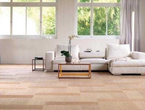 Naturel geoliede moderne eiken vloer in een patroon gelegd